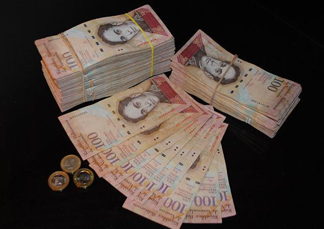 委内瑞拉总统宣布石油币价值并提高最低工资标准