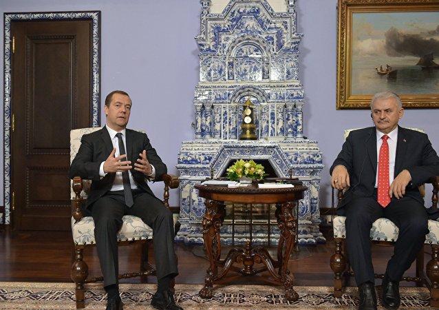 俄罗斯总理梅德韦杰夫与土耳其总理耶尔德勒姆(资料图片)