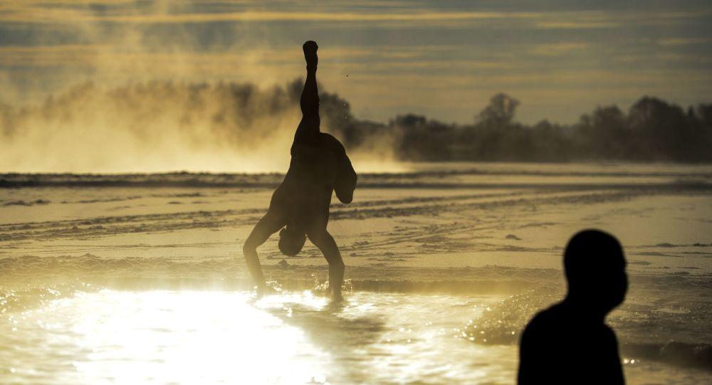 俄羅斯冬泳愛好者參加在哈爾濱舉行的冬泳比賽