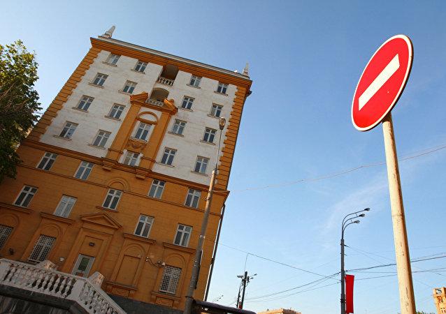 俄外交部:莫斯科或要求美国将外交人员数量减至300人