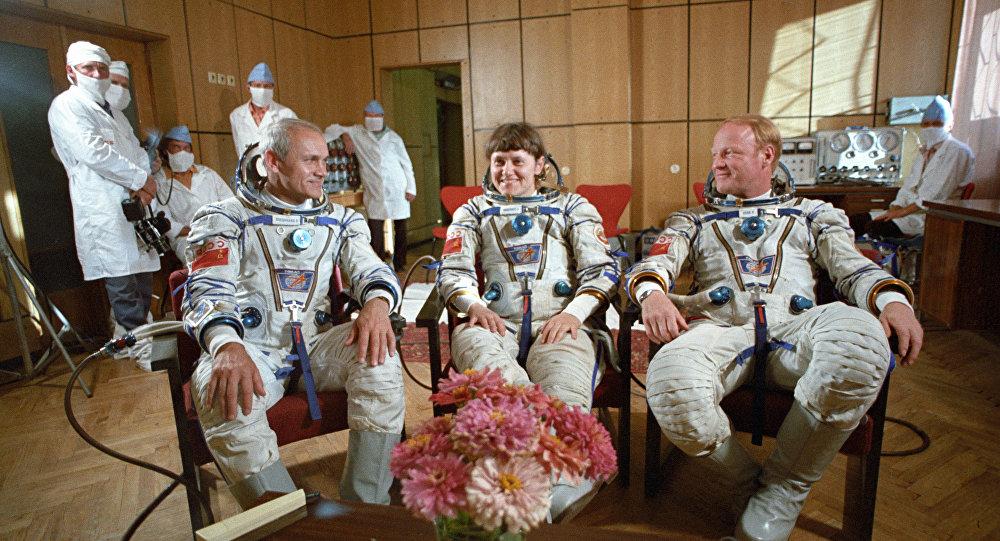 宇航员   伊格尔·沃尔克  斯維特蘭娜·薩維茨卡婭  弗拉迪米尔·扎尼别科夫