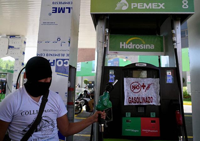 墨西哥在汽油价格上涨背景下削减公务员高层薪酬