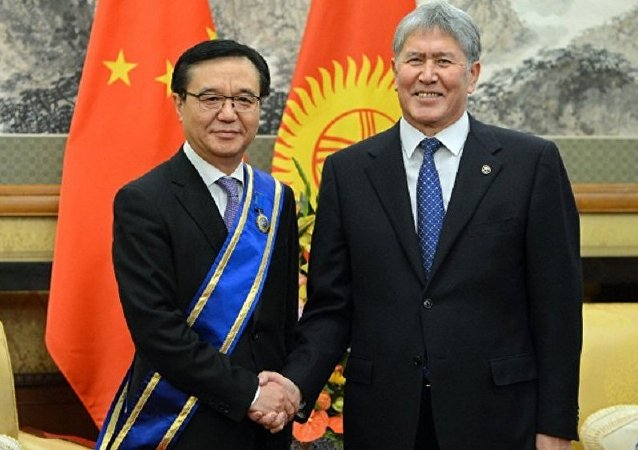 阿坦巴耶夫授予中国商务部长吉尔吉斯斯坦国家勋章