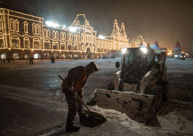 莫斯科动用大量人力物力除雪