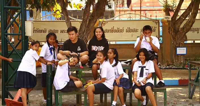 泰国大中学生被禁止拥抱和接吻