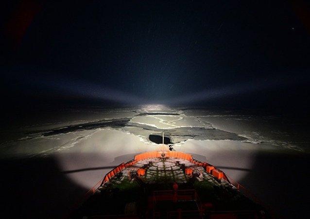 """核动力破冰船将被困在暴风雪中的旅行家们""""放到""""了港口"""