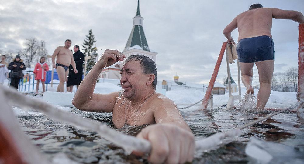 莫斯科已为耶稣受洗日冬泳作好准备/资料图片/