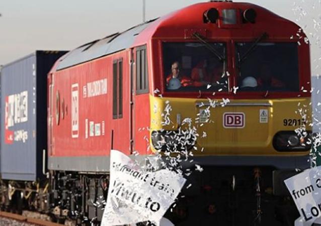 从中国出发往伦敦的第一列货运列车到达目的地