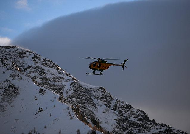 俄軍開始清理塔吉克斯坦雪崩後公路上的坍塌物