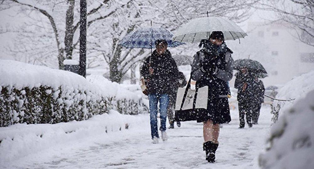 日本西北部遭遇创纪录大雪侵袭