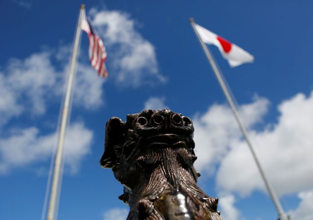 Флаги Японии и США в лагере Корпуса морской пехоты США на Окинаве