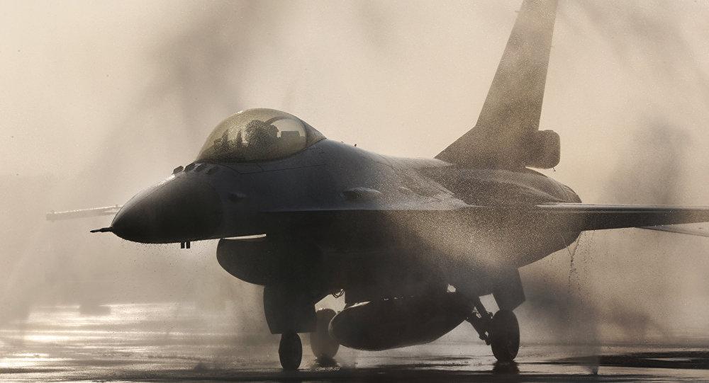 一架美国战机在日本冲出跑道