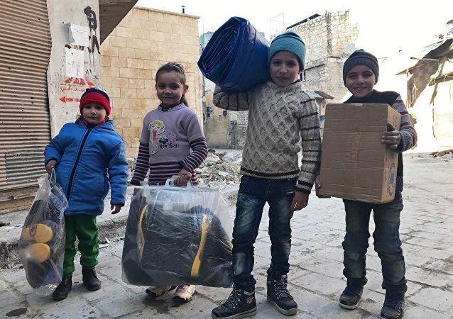 俄驻叙冲突各方调解中心向曼比季市郊区难民营发放13.5吨食品