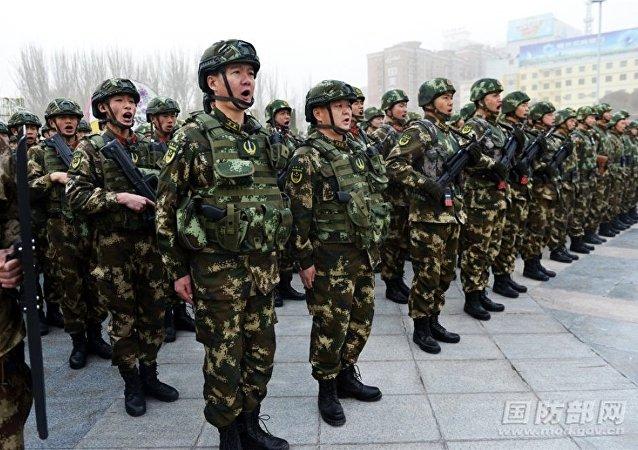 """新疆喀什地区""""反恐维稳誓师大会""""现场,千余军、警、民兵等方队集结待命。"""