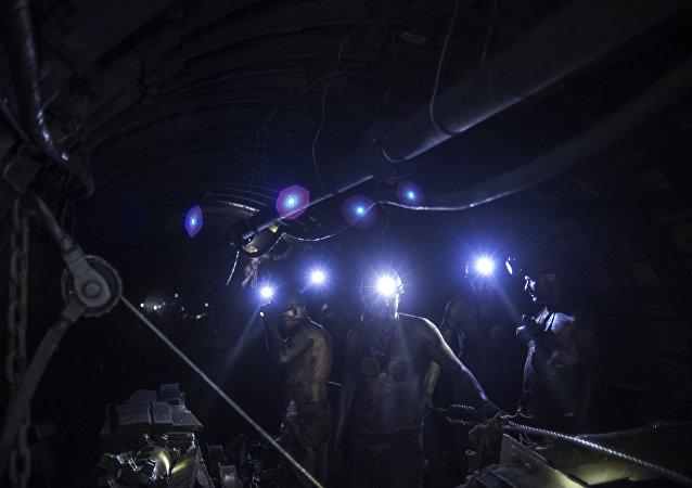 消息人士:俄库兹巴斯一煤矿发生火灾 约200名矿工被紧急撤离
