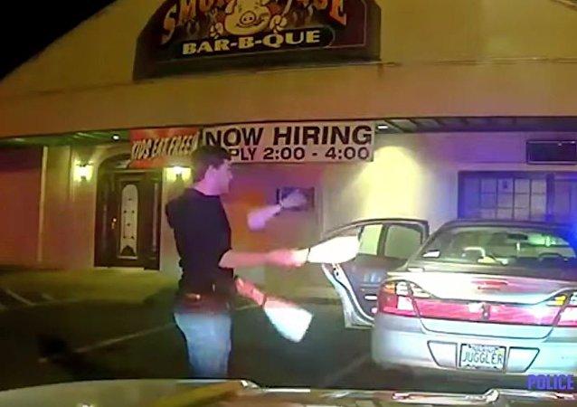 美國一大學生用特別的方式讓警察明白他是清醒的