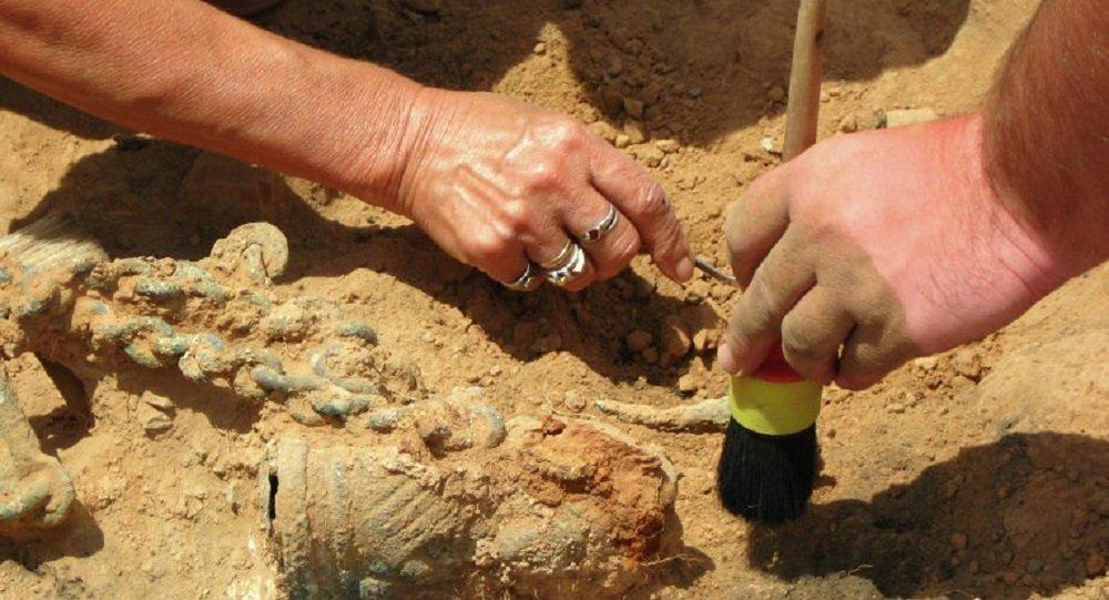考古学家在以色列的洞穴里发现了藏于2000年前的双柄瓶