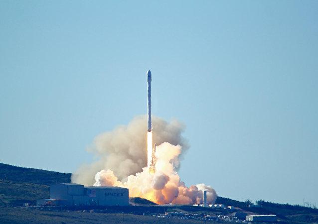 "SpaceX公司成功发射搭载通信卫星的""猎鹰9号""火箭"