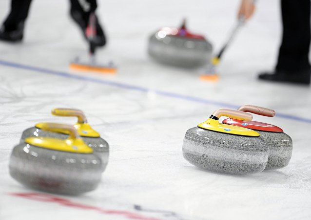 俄罗斯队在冬奥会冰壶混双比赛中战胜中国队