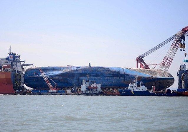 在2014年的韓國渡輪沈沒地點正進行搜尋工作