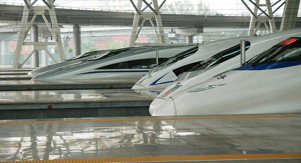 连接2022年冬奥会两个承办城市的京张高铁1日开始全线铺轨