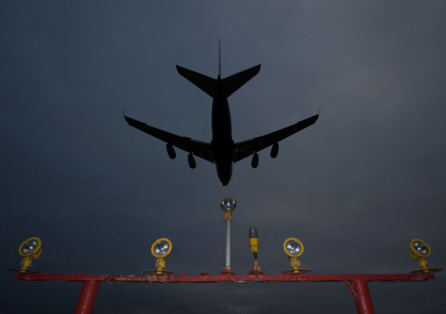 Самолет заходит на посадку в аэропорту Шереметьево
