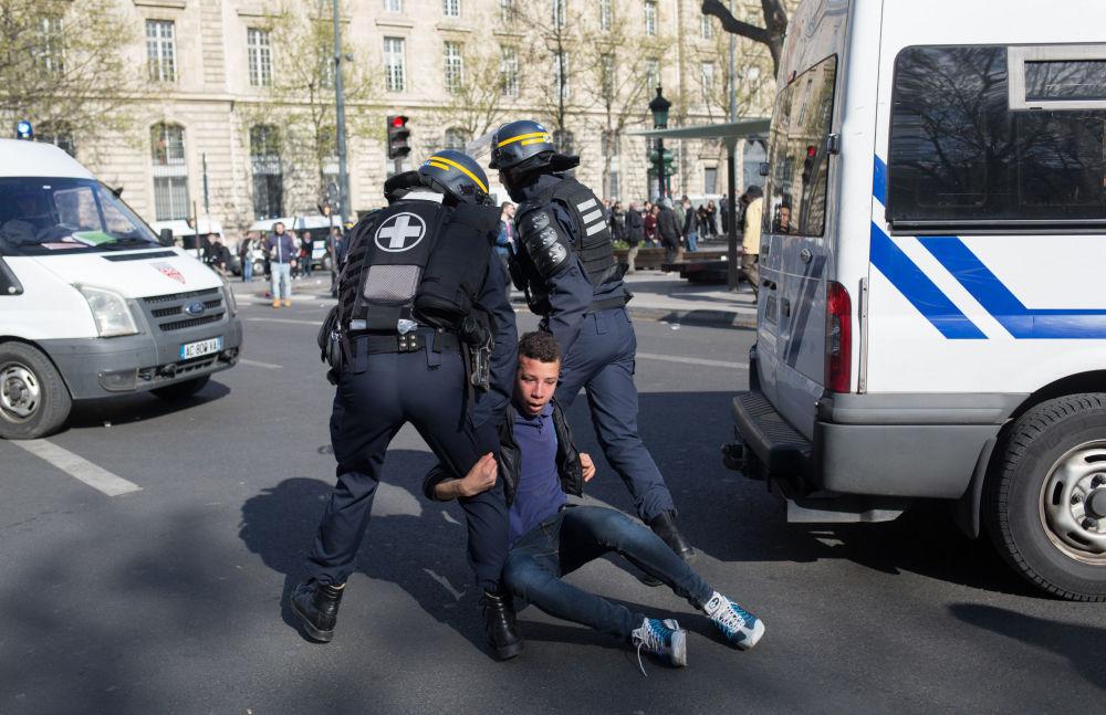 在与3月26日一名中国人被法国警方射杀事件有关的华侨抗议活动中,警察逮捕了一名年轻人。