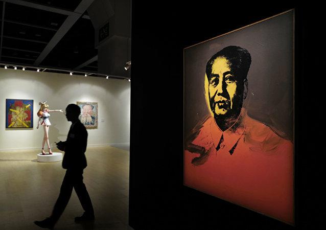 安迪·沃霍尔绘制的肖像画《毛泽东》在香港拍卖会上以1270万美元卖出