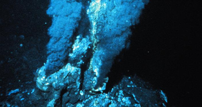 蛟龙号发现27处海底黑烟囱