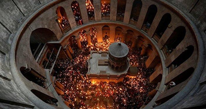 「神聖之火」從耶路撒冷聖墓教堂取出