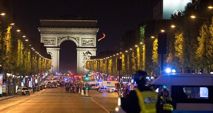 法总统候选人:巴黎恐袭后暂停竞选活动