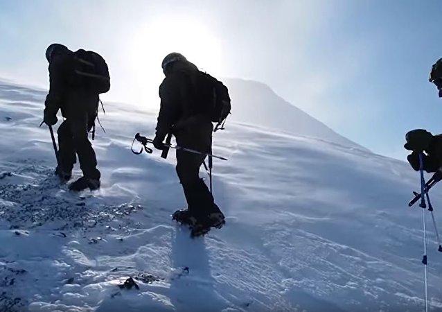 堪察加特种部队攀登活火山