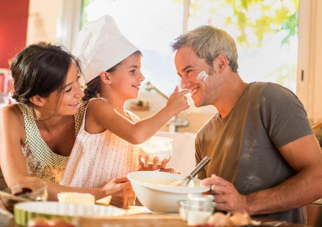 民调:超过70%俄罗斯人相信男人带孩子和做家务不比女人差