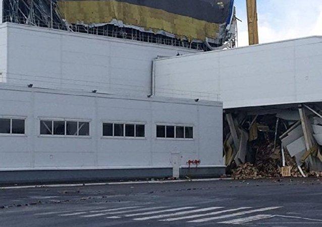 俄利佩茨克附近百事工厂屋顶坍塌致数吨果汁流向街道