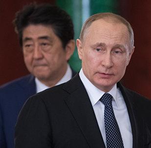 Президент РФ Владимир Путин и премьер-министр Японии Синдзо Абэ (слева) во время совместной пресс-конференции по итогам встречи