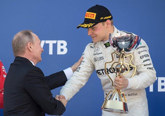 普京向F1索契站冠軍博塔斯頒獎