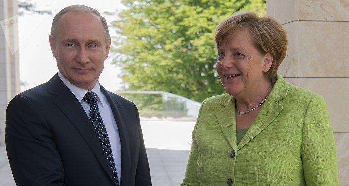 俄罗斯总统弗拉基米尔·普京与德国总理安格拉·默克尔