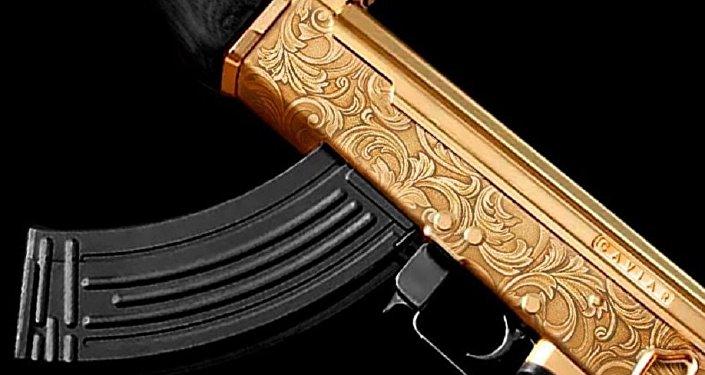 """俄罗斯珠宝商在胜利日来临之际打造了一支金""""卡拉什尼科夫""""冲锋枪"""