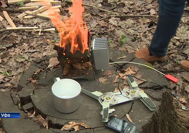 烏法居民想出如何使用篝火給電話充電的方法
