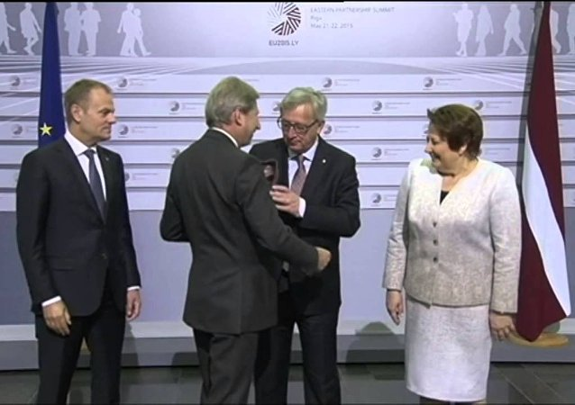 媒体: 容克酒醉醺醺出席日内瓦首脑会议