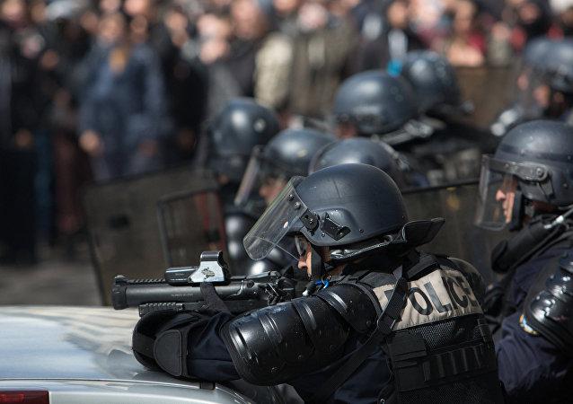 巴黎警方再次使用催淚瓦斯驅趕示威人群
