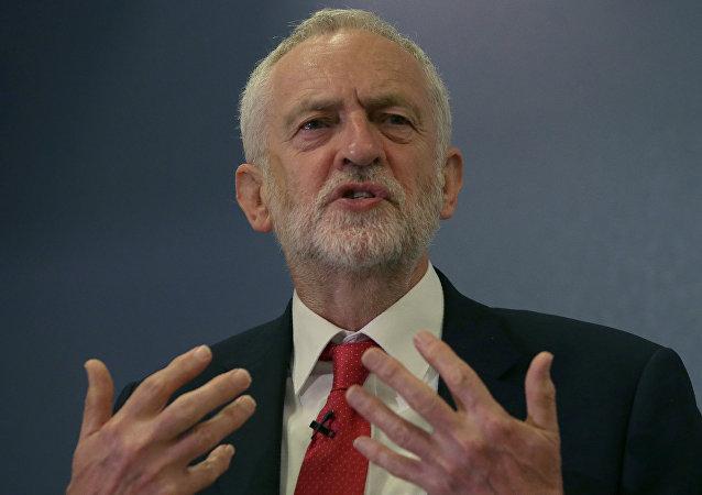 英国反对党领袖称英政府的无能正在威胁社会