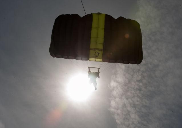 白俄罗斯一名坐轮椅的残疾人为心上人完成跳伞