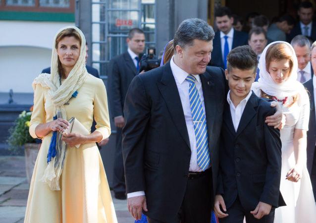 Президент Украины Петр Порошенко с супругой Мариной и сыном Михаилом в Софийском соборе в Киеве