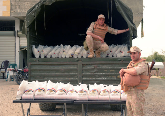 俄軍在敘利亞哈馬省發放了500套人道主義食品