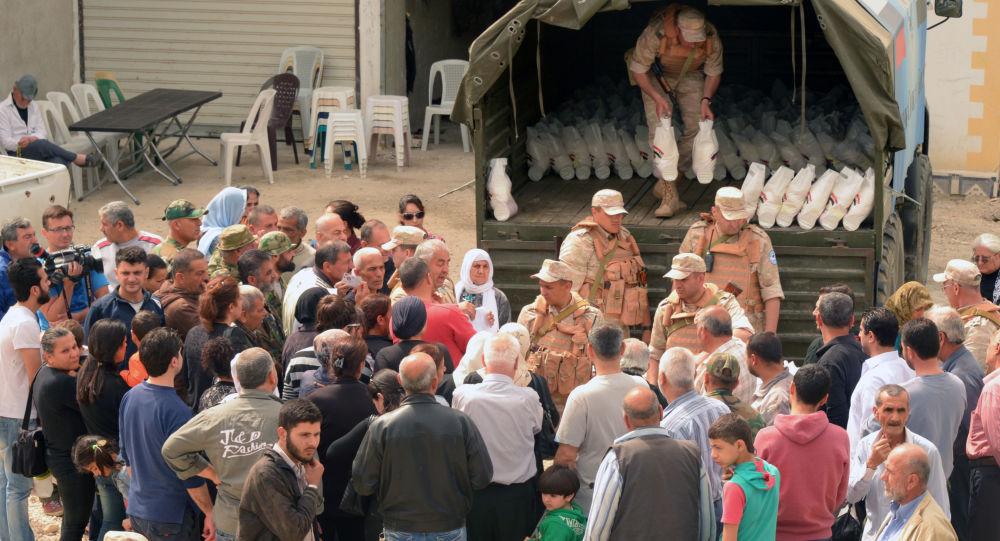 俄罗斯军人向叙利亚拉塔基亚省多地送去人道物资