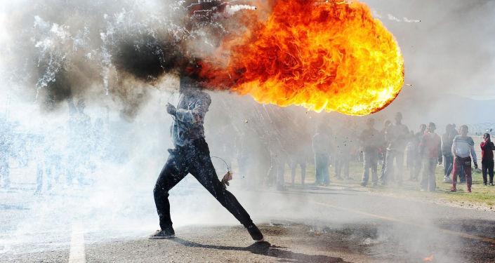 《格拉布抗议(南非)》,南非摄影师凡杜尔瓦兹·扎伊克洛(Phandulwazi Jikelo)