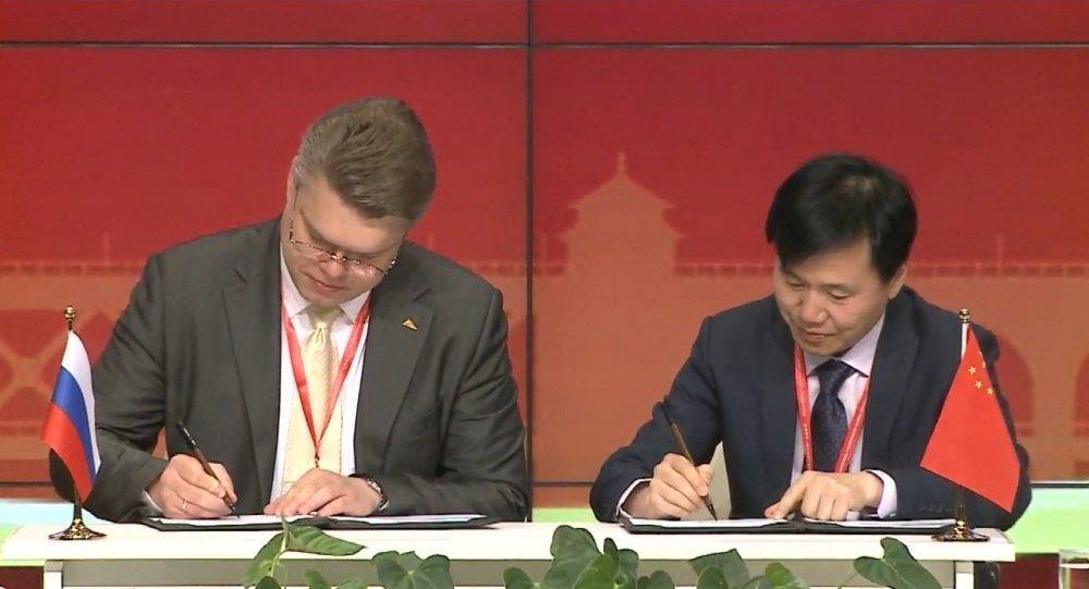 俄卫星通讯社国际项目中心负责人瓦西里·普什科夫和湖北广播电视台总编室主任沈涛