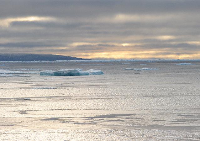 Глыбы льда в Северо-Западном морском проходе