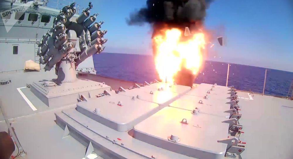 """俄罗斯海军""""艾森海军上将""""号巡防舰发射""""口径""""巡航导弹"""